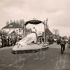 F4450<br /> Bloemencorso 1949, de wagen rijdt ter hoogte van de Julianalaan. De tramrails zijn hier kortgeleden weggehaald.