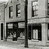 F0634 <br /> In het midden de winkel van Van Beek op Hoofdstraat 140 (oude nummering). Daarna was drogist Hauwert hier gevestigd en na die tijd Van Dorp. Nu (2016) is daar de gezondheidswinkel  Vita Cura gevestigd. Wethouder B.P. Roest heeft in dit pand gewoond tussen 1916 en 1920. Na 1920 is Roest in het huis links van de winkel (Hoofdstraat 142) gaan wonen. In 1928 is dat pand verkocht aan G.J. de Nobel, die in die tijd het sigarenmagazijn De Toekomst had op Hoofdstraat 144. Het pand rechts op de foto is van IJsselmuiden, nu is daar de dierenspeciaalzaak van Holtman gevestigd.  Foto: tussen 1916-1920.