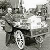 F2071<br /> Gep Breedijk, melkhandelaar en verzamelaar van oud papier t.b.v. de hervormde kerk. Hij staat voor zijn woonhuis aan de Kerklaan. Later is hij naar Nunspeet verhuisd. Foto: jaren '70.