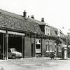 F1121b <br /> Dit pand werd gebouwd voor de 'Motorreederij' van G. Wesseling in de Concordiastraat. Later werd het de garage van Ep Postma; daarna garage en woonhuis van Henk van Santen. Foto: ca. 1962.