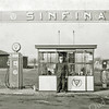 F2981<br /> Het tankstation bij wegrestaurant De Uiver van de fam. Van Zoen. Bij de pomp staat dhr. Quirinus van Kesteren.