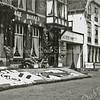 F0335 <br /> Garage Bakker en bloembollenbedrijf Warnaar & Co NV, Hoofdstraat 133 en 135. Beide panden zijn versierd met een mozaïek tijdens de bloemencorso. De bollenschuur van Warnaar is in 1974 afgebroken.