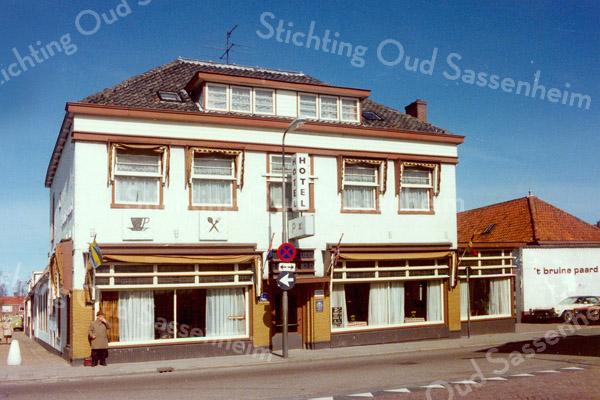 F0315a <br /> Hotel-café-restaurant 't Bruine Paard aan de Hoofdstraat, met links het zicht in de Hortuslaan. In die laan zijn de huizen aan de rechterzijde nog intact en de linkerrij is al gesloopt. Rechts van het hotel waren de zalen met o.a. een kegelbaan. Hotel-café-restaurant 't Bruine Paard is een zeer oude herberg. Vóór 1870 vergaderde hier de gemeenteraad en daarvóór het Regthuijs, waar schout en schepenen bijeen kwamen. Gesloopt in 1979. Foto: 1978.