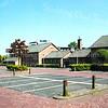 F2602<br /> De parkeerplaats bij de voormalige gymzalen aan de Parklaan. Links de hoek van het pand waar Dansschool Van der Geest en de Ankerplaats gevestigd waren. Het appartementencomplex Parkhove steekt nog net boven de 'gymzaal-noord' uit. Foto: 2004.