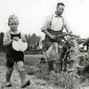 F2864<br /> Dhr. Arie van der Veer bewerkt zijn land met een ploeg. Naast hem zijn zoon Sjaak. Het land was achter de Elbalaan/3e Poellaan.