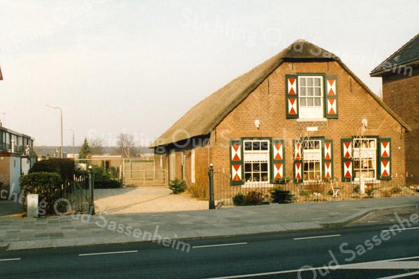 F2905<br /> Boerderij Postwijk aan de Hoofdstraat, gebouwd in 1844. De boerderij was eigendom van E.J. Speelman. In de gevel is een steen gemetseld met de tekst: 'Jansje van der Klugt, Ao 1844'. De fam. Godefroy heeft op de boerderij gewoond, daarna de fam. Van der Vis en later o.a. de fam. Mazee. Foto: 1992.