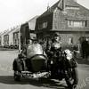 F2250<br /> Piet Oostenrijk, de broer van Jan Oostenrijk, op motor met zijspan. Jan Oostenrijk woonde aan de toenmalige Beukenlaan 20, nu Parklaan 76. De foto is genomen vlak voor zijn huis, dat rechts van de foto staat. Het huis op de andere hoek (Beukenlaan 22) is villa Cadsandria, destijds bewoond door meester P. J. Vercouteren (tot 1941 hoofd van de De Visserschool). Hij was afkomstig uit Zeeuws-Vlaanderen, uit de buurt van Cadzand – vandaar de naam van de villa. In het huis links daarvan (Beukenlaan 24, nu Parklaan 80) woonde L. Slikkerveer.