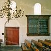 F2442<br /> Het interieur van de Ned.-herv. kerk (Dorpskerk). Het Tien Gebodenbord aan de muur rechts van de deur stamt uit 1596.  Foto: 1976.
