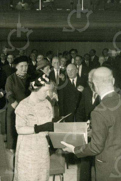 F4397<br /> Koningin Juliana op bezoek bij de Sikkens Lakfabrieken in 1961.