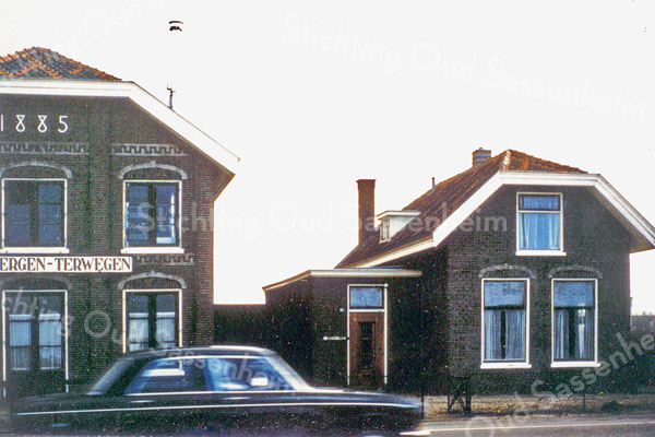 F0021 <br /> Het huis van Gerrit Zandbergen aan de Hoofdstraat, met ernaast de bollenschuur uit 1885 van de fa. Zandbergen-Terwegen. Het huis is gesloopt in 1980. Zie ook De Bollenstreek, Landschap en Erfgoed van de Bloembollencultuur, pag. 78-88 (Uitgave CHG, 2015). Hier wordt uitvoerig het bollengeslacht Zandbergen beschreven. Foto: ca. 1980.