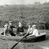 F1249 <br /> Vijf kinderen in een roeiboot, waarschijnlijk behoren zij tot de fam. Kruijff.