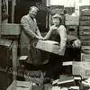 F3970<br /> Groentenboer Faas met dochter en medewerker aan het werk achter zijn winkel aan de Teijlingerlaan.