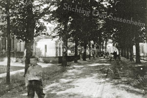 F0438 <br /> De Hoofdstraat in Sassenheim in 1906..