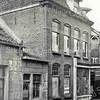 F3752<br /> Het pand van de kruidenierswinkel van De Gruijter. De foto is genomen voor 1957. Toen is het pand afgebroken.