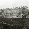 F2203<br /> De bouw van een bollenschuur (ca. 1900-1925) De stellingen waarop de bollen te drogen worden gelegd, vormen de dragende constructie. Daarna worden de muren er omheen opgebouwd. Zie ook F 2204.