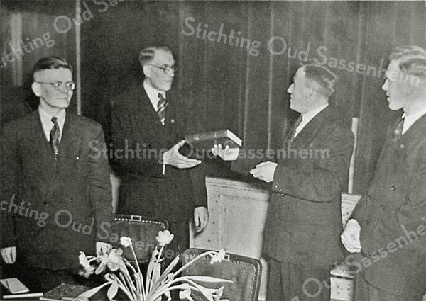 F0428 <br /> Gereformeerde Jongelingsvereniging Jonathan. V.l.n.r.: Piet Braam Wzn, Arie de Jong, Gerrit Kruik en Jaap Dijkstra. Gerrit Kruik overhandigt een bijbel aan Arie de Jong. Foto: ca. 1950.