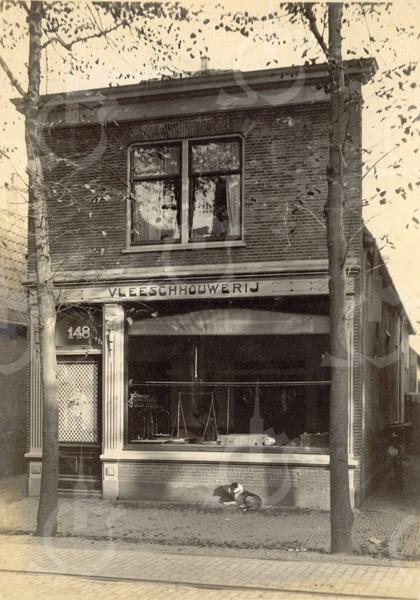 F0782 <br /> Het pand aan de Hoofdstraat, waarin Vleeschhouwerij C. Kroon werd gevestigd , gebouwd in 1897. Later kwam slager Hulsbosch hierin, daarna Leen van der Meij. Thans treffen we in dit pand een Grillroom en Steakhouse. Foto: vóór 1921.<br /> <br /> [Collectie Oudshoorn 010: vleeschhouwerij C. Kroon 1897 (Hulsbosch). Hoofdstraat 148 vgls. oude nummering.]