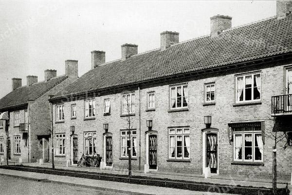 F0539 <br /> Hortuslaan, noordzijde. De poort links op de foto fungeert thans als uitrit voor het Hortusplein. Foto: jaren '50.