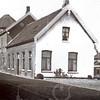F4243<br /> <br /> De molen van Speelman met aangebouwde schuur en woonhuis. Dit woonhuis werd in de jaren dertig bewoond door schuurbaas Berkhout. Daarvoor bewoond voor de fam. G. van Dorp.