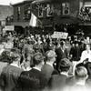 F1105 <br /> Bevrijdingsoptocht op 31-8-1945, georganiseerd door de Oranjevereniging ter hoogte van de destijds bekende drogisterij 'De Hoek' van Melman aan de Hoofdstraat, hoek Kastanjelaan.