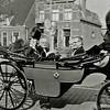 F2690<br /> Een rijtoer  met de wethouders en de burgemeester. V.l.n.r.: burgemeester jhr.mr. R. Sandberg van Boelens (?), A. Vogelaar, J.C. Schrama en gemeentesecretaris dhr. Stolwijk. Foto: ca. 1960.