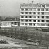 F1411 <br /> Bejaardenhuis De Schutse aan de Parklaan, gebouwd in 1968. Op de voorgrond de opslag van de nog niet gesloopte bollenschuur van Baartman & Koning (B&K). Hier werd in 1976/77 het appartementencomplex De Hooge Wei gebouwd.