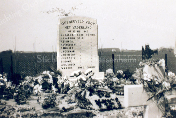 F0007 <br /> Monument voor de omgekomen militairen, op de eerste dag van de oorlog (10-5-1940). De soldaten zaten in een bus en deze werd gebombardeerd. Tien van hen en de (burger) buschauffeur lagen hier begraven. Dit monument stond op het land van Bouwmeester, even voorbij de Haarlemmertrekvaart. Later is het soldatengraf geruimd en zijn de stoffelijke resten overgebracht naar het Militair Ereveld Grebbeberg in Rhenen.  Foto: ca. 1950.