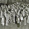F3043<br /> Het kinderkoor 'De Lenteklokjes' tijdens een uitvoering in de gereformeerde kerk. Foto: 1975