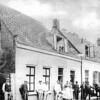 F1418 <br /> Grutterij (later wijnhandel) van Van Niekerk aan de Hoofdstraat. Dhr. Van Niekerk staat in de deuropening. Rechts het pand waar later de boekhandel van J.W. de Gruijter zat. Uiterst rechts het nonnenklooster (later bakkerij Hooijmans).  Deze panden stonden ongeveer op de plek waar nu o.a. het Kruidvat enz. is. Foto: 1898.