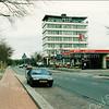 F3963<br /> De kantoorflat van Schulte & Lestraden een verwarmings-, ventilatie- en installatiebedrijf, gebouwd circa 1960 en afgebroken in 1999. Daarvóór staat het Esso-servicestation van B. Leenheer. Rechts vooraan is de ingang van de Adelborst van Leeuwenlaan, voorheen Iepenlaan en dáár weer voor de Verlengde Kerklaan.