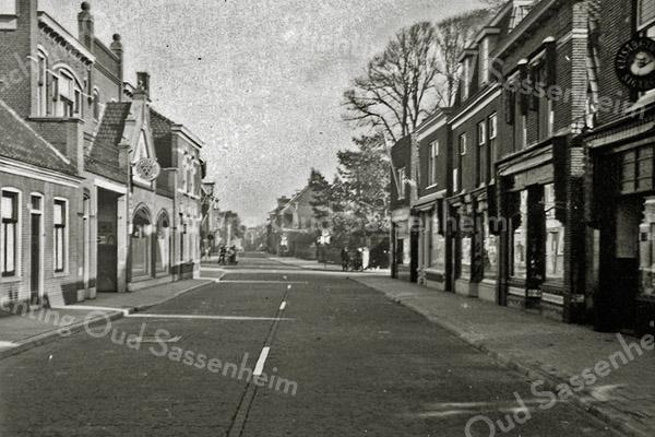 F0969 <br /> Hoofdstraat, gezien vanuit zuidelijke richting. De tramrails zijn al verwijderd. Rechts eerst de sigarenzaak van D. Roosa, dan G. Versluis. Uiterst links het huis van de dames Van Hoekelen. Foto: ca. 1951.