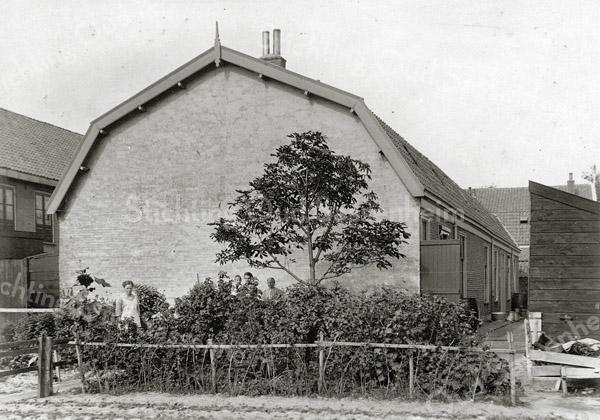F0835 <br /> Een blok van zes arbeiderswoningen, met als adres Hoofdstraat 132-142. Ze stonden achter het pand van bakker Van Vliet (Hoofdstraat 130). Links de bollenschuur van Moolenaar. Voor meer gegevens  zie Aschpotter nr. 33, pag. 22.<br /> <br /> Collectie Oudshoorn 013: 6 arbeiderswoningen G. Lekkerkerker en Van Vliet 1898. <br /> Foto: vóór 1921.