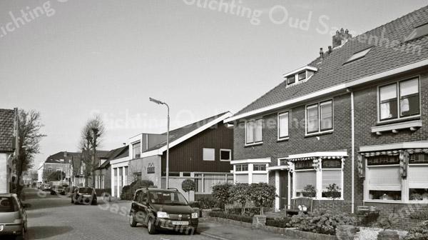 F3159<br /> in het nieuwbouwpand (in het midden aan de rechterstraatzijde) op de plaats van de vroegere gasfitterswoning is thans aannemer Kiebert gevestigd.<br /> Links zien we nog net een stukje van het huis waar vroeger<br /> Engberts woonde.