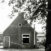 F0270 <br /> Het huisje van de fam. Van der Vlugt aan het eind van de Kastanjelaan. Het was eigendom van Van Velzen (de kolenhandel), de schoonvader van Van der Vlugt. We kijken in oostelijke richting. Op de achtergrond de woonboot van Jan Hoogervorst. Het huis uiterst links is het laatste van de rij huizen aan de Kastanjelaan, bewoond door de fam. Blijleven. Het huisje op de foto is na 1964 tijdelijk in gebruik genomen door de werkplaats voor gehandicapten en is in 1965/66 gesloopt. Foto: ca. 1963.