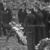 F3735<br /> De herbegrafenis op 25 mei 1949 van adelborst Leendert van Leeuwen op het kerkhof van de Dorpskerk te Sassenheim. Militairen van Marine Vliegkamp Valkenburg waren hierbij aanwezig.