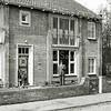 F0967 <br /> Blok van twee woningen aan de Willem Warnaarlaan (links nr. 20 en rechts nr. 18). Op nr. 20 woonde de fam. B.G.J. Berntzen. Op de foto staat dhr. Hubers, hoofd Gas- en Waterbedrijf. Foto: ca. 1946.