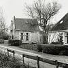 F3754<br /> Het woonhuis (Hoofdstraat 102) van melkboer Koos Drost. In het witte pand (Hoofdstraat 100) woont nu (2015) Wim van Hage.
