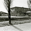 F1346b <br /> De bollenschuur en het kantoor van de Gebr. Doornbosch & Co aan de Postwijkkade. Op deze plek zijn in 1984 huizen gebouwd.