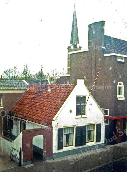 F0935 <br /> Het huis van schilder G.C. van Goeverden aan de Hoofdstraat nr. 205, later bewoond door zoon Kees met zijn gezin, daarna door zijn weduwe. Helaas is het huisje in 2015 gesloopt. Het was een van de oudste huizen van Sassenheim uit ca. 1840. De foto is van boven genomen, wellicht uit het huis van mevr. Langeveld. Zie ook het boekje 'Sassenheim in Grootmoeders tijd' - pag. 48.