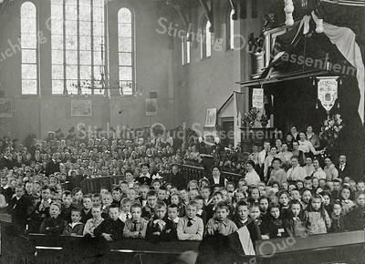 F0009 <br /> Viering in de gereformeerde Kerk (Julianakerk) van het 25-jarig bestaan van de School met den Bijbel, 1892-1917. De kerk is gebouwd in 1911/12 en op 8 april 1912 in gebruik genomen. Het oude orgel op de balustrade is vervangen in 1921.<br /> De foto is genomen door A. van Kampen, fotograaf. Foto: 1917.