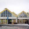 F0384 <br /> Het voormalige doe-het-zelfcentrum Doeland op het Hortusplein. Aanvankelijk opgezet door Dick Perfors en Meindert Plagmeijer onder de naam Sassenheims Vloerenhuis. Sinds voorjaar 1997 nieuw begonnen aan de Koetsiersweg onder de naam Big Boss. Het pand op de foto is gekocht door supermarkt Hoogvliet. Nadat Hoogvliet tijdelijk naar de Koetsiersweg is gegaan, is het de bedoeling dat dit pand in 2016 gesloopt zal worden. Op de plaats van het pand en op de Hortuslaan zal nieuwbouw gepleegd worden. Foto: 1997.