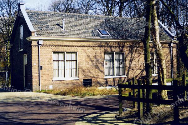 F0447a <br /> Voormalig huis van de fam. Batenburg aan de Prins Hendriklaan. Het huis heeft eertijds gediend als koetshuis voor Het Oude Koningshuys.  Zie boek 'Sassenheim, de jaren 70'.<br /> Foto: 1999.