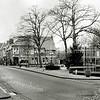 F1336 <br /> Hoofdstraat met het plein voor de Ned.-hervormde kerk. Het pand in het midden was de kruidenierswinkel van Mathôt, later van J. v.d. Klugt en nu ABN AMRO-bank.