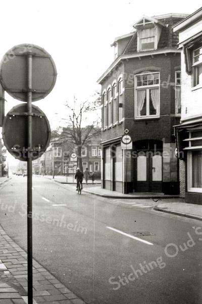 F0291 <br /> De Hoofdstraat in het centrum, gezien in zuidelijke richting. Uiterst rechts een glimp van hotel-café-restaurant 't Bruine Paard. Daarnaast het pand van De Gruyter 10%, vroeger sigarenmagazijn Francken, dat in 1970 werd gesloopt, met de ingang van de toenmalige Hortuslaan. De rest van de bebouwing tot aan de witgoedhandel is in de jaren 1959 tot 1967 gesloopt. De oude bebouwing links is nog aanwezig.    Foto: ca. 1970.