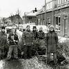 F2540<br /> Op de Van Heemstrastraat versjouwen kinderen kerstbomen naar de versnipperaar. Tweede van links is Bart Koster, daarnaast Marissa van Schie. Rechts staat Loes Aanhane. Foto: 2003.