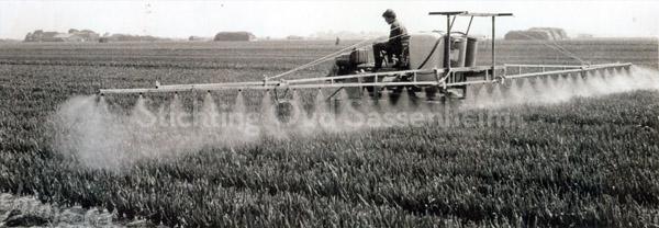 F3634  <br /> Het spuiten van de bolgewassen. Foto: ca 1950