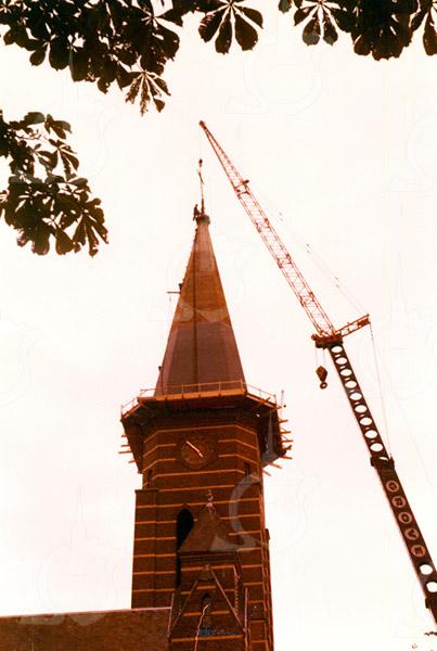 F4323<br /> Het kruis van de St. Pancratius wordt van de toren gehaald om te worden hersteld. Foto: september 1977