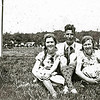 F2324<br /> In het midden zit Jo Stemfoort. De foto is gemaakt op het terrein van de korfbalvereniging, achter het voetbalveld aan de Rusthofflaan. Foto: jaren '30.