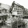 F2452<br /> De sloop van het zusterhuis bij de Bernardus, op de hoek van de Zuiderstraat.  Links staat nu (2017) de Zilverstroom.  Foto: 1999.