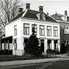 F0458b <br /> Huize West End in volle glorie, met rechts het St. Annaklooster aan de Hoofdstraat. Huize West End is gebouwd in 1834. G. Verschoor schrijft dat de naam 'West End' duidt op het westelijke einde van het centrum van de gemeente. Tot zover deed de klapwaker zijn nachtelijke ronde. Van 1870 tot 1887 was West End de pastorie van de r.-k. kerk. De heer P. van Deursen heeft er van 1911 tot 1938 gewoond. Daarna bewoonde de fam. Schinck de villa. Nu in 2016 staat het pand al 20 jaar leeg en is in erbarmelijke staat.